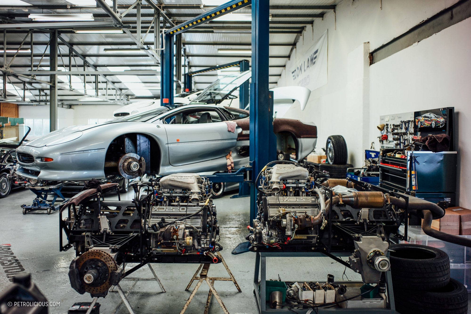 Jaguar XJ220 в мастерской
