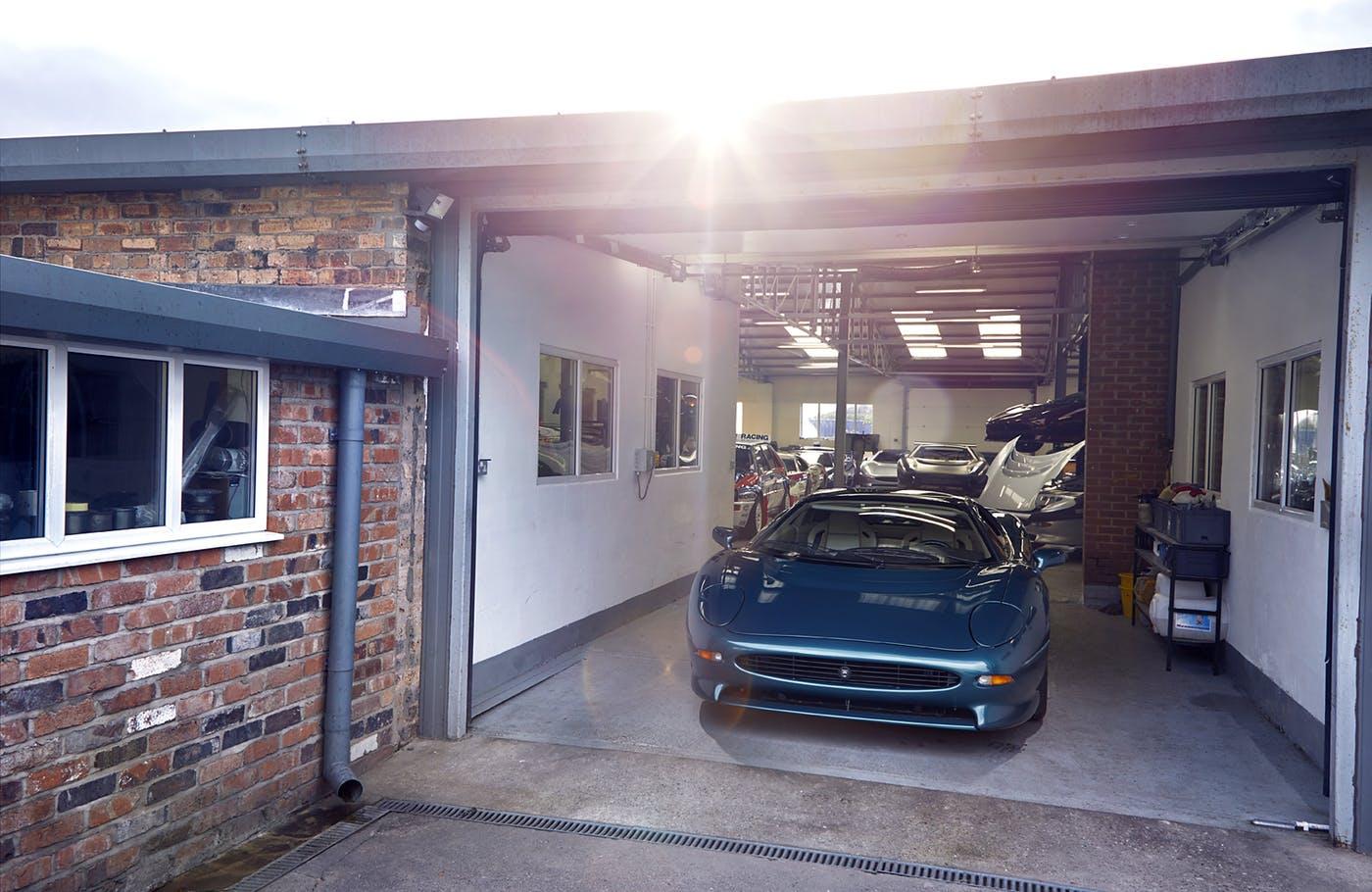 Синий Jaguar XJ220