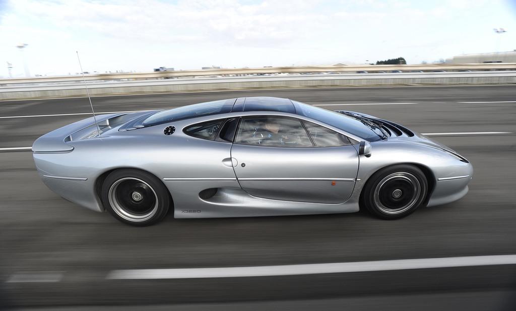 Серый Jaguar XJ220