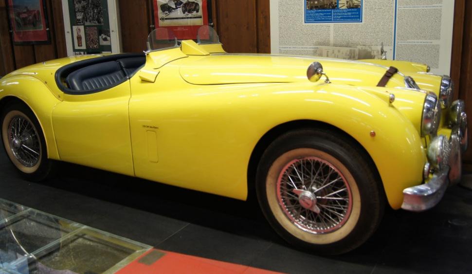 Jaguar XK140 в желтом цвете