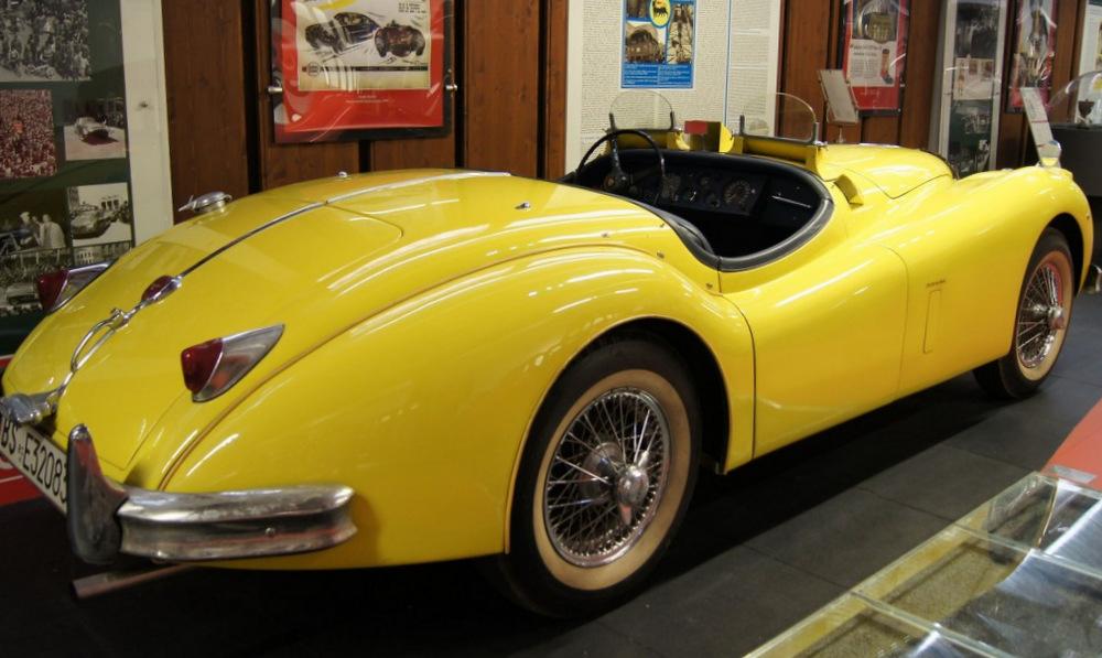 Желтый Jaguar XK140