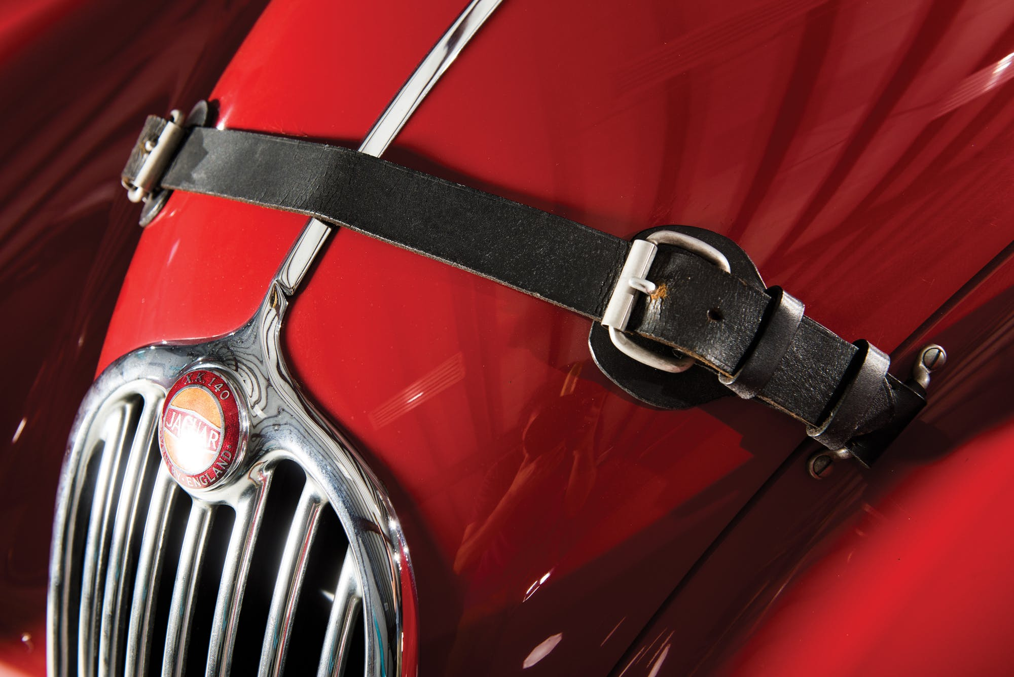 Капот красного Jaguar XK140