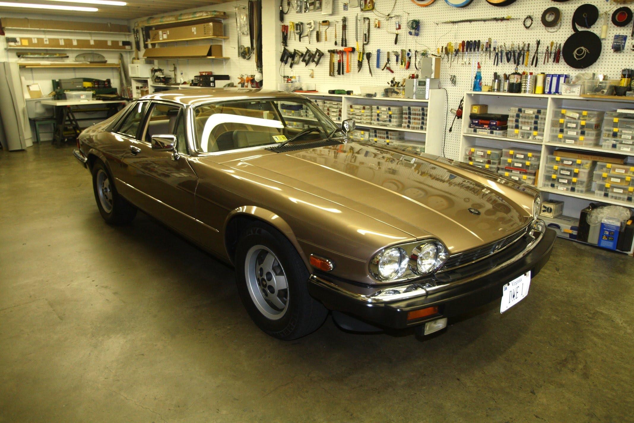 Модель Jaguar XJS в гараже
