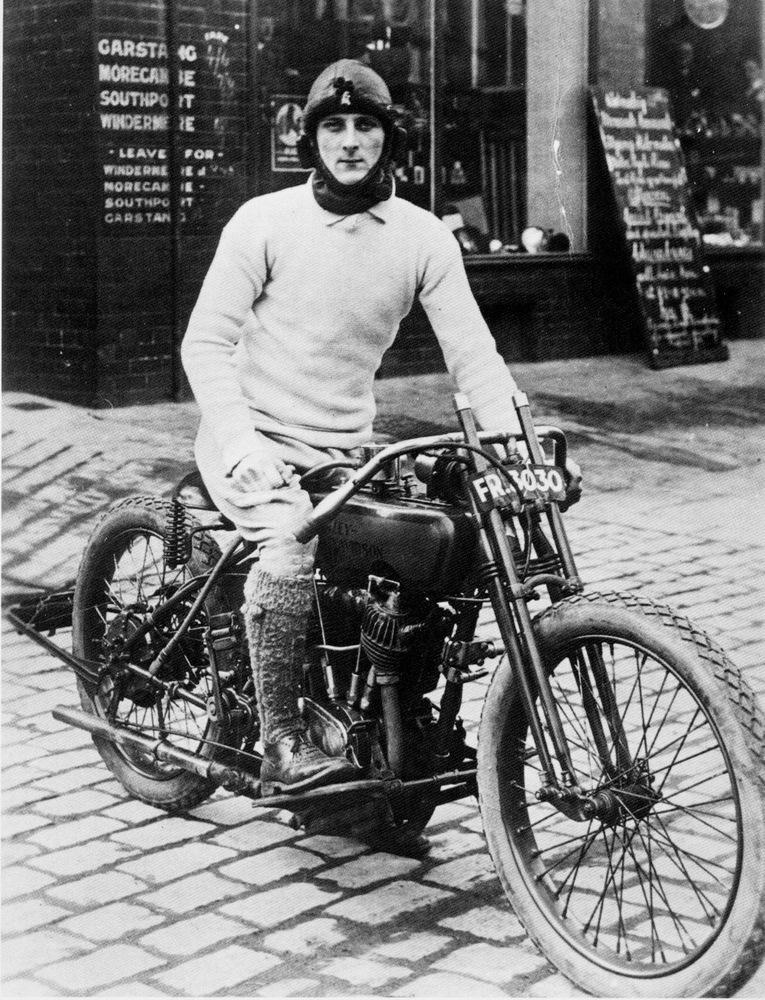 Уильям Лайонс на мотоцикле