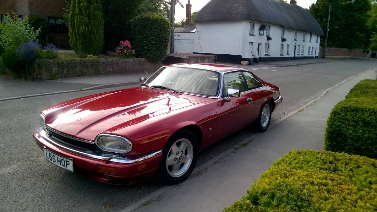 Красный Jaguar XJS