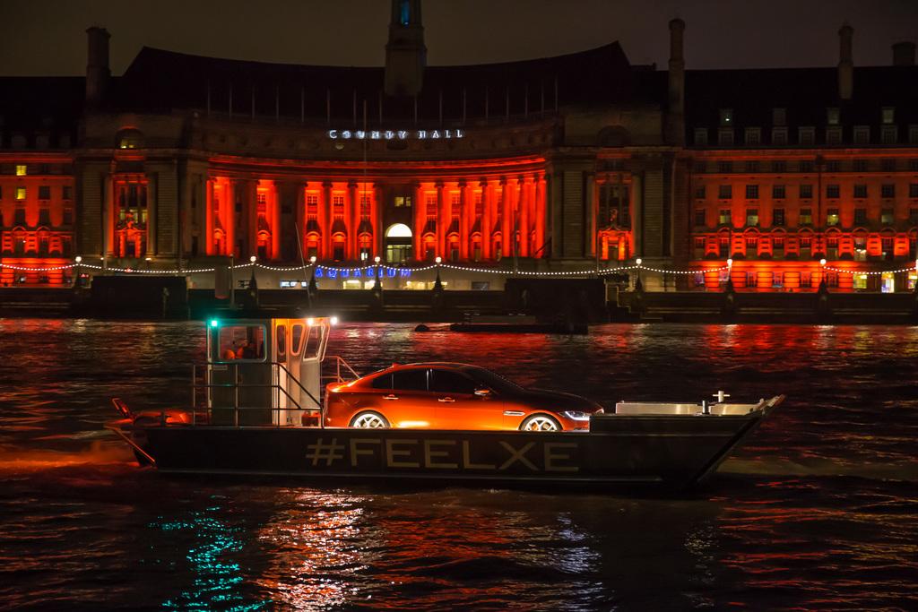 Jaguar XE на Темзе