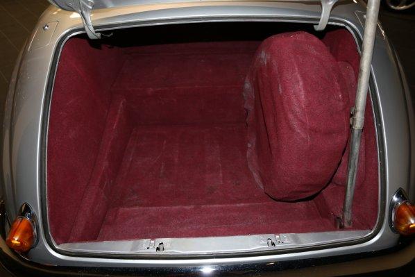 Jaguar Mk VII M luggage accommodation