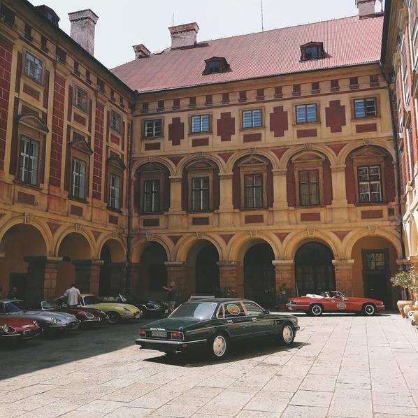 Jaguar XJ во дворе европейского замка